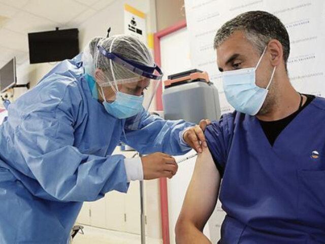Trabajadores de salud en primera línea reciben desde hoy tercera dosis de vacuna contra COVID-19