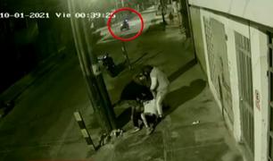 Santa Anita: cámaras de seguridad registran violento asalto a transeúnte frente a sereno