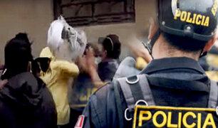 Vecinos se agarran a golpes por asesinato de joven, presuntamente, a manos de un policía