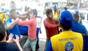 Grupo de fiscalizadores alientan pelea entre municipal y mototaxista en Comas