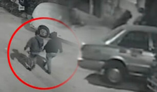 ¡Se lo llevaron empujándolo! Roban auto de la puerta de una vivienda en Comas