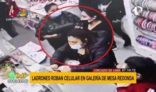 Cercado de Lima: captan a dos mujeres robando celular a clienta en galería