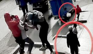 SMP: transeúntes defienden a mujer que era asaltada por delincuentes
