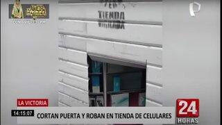 La Victoria: delincuentes cortan puerta de metal para robar tienda de celulares