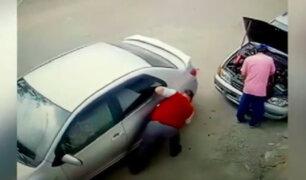 Callao: hombre revienta llantas de un auto porque la alarma no dejaba de sonar