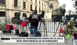 Periodistas realizan su trabajo desde la calle debido a la desatención del Gobierno