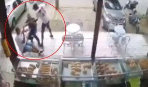 Jóvenes intentan asaltar panadería, pero cliente que esperaba ser atendido los mata a balazos