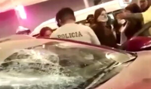 SJM: turba destrozó auto de policía que atropello a repartidor