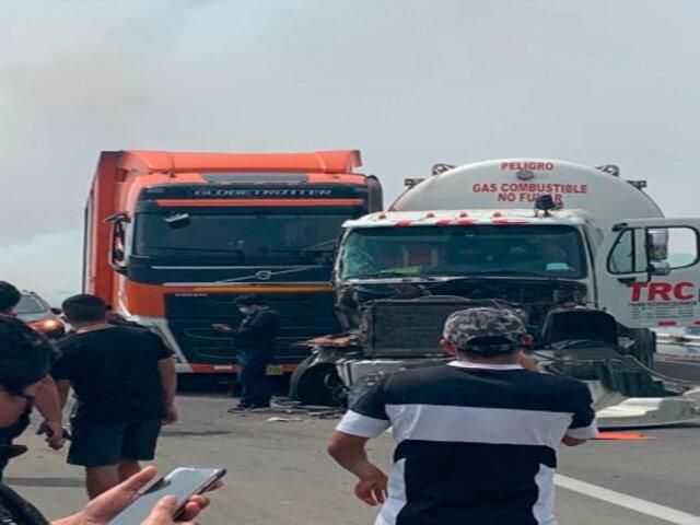 Panamericana Sur: se generó congestión de vehículos por choque entre camión y cisterna