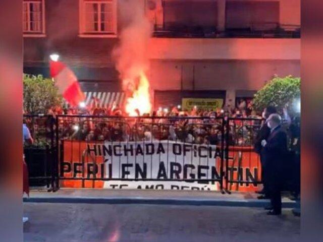 Perú vs Argentina: realizaron 'banderazo' blanquirrojo fuera de hotel de concentración