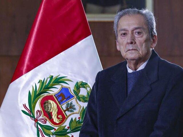 Carlos Gallardo apareció en público y no respondió preguntas de la prensa