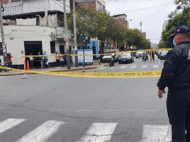 Descontrolado sujeto atacó e hirió con un cuchillo a policía en Lince