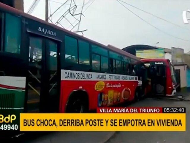 Choque de buses en VMT: dos conductores heridos y vehículo quedó empotrado en vivienda
