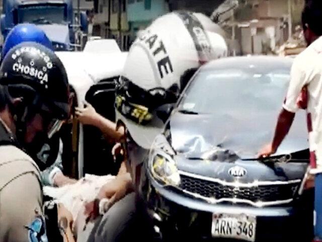 Violento impacto entre un auto y un mototaxi dejan dos heridos en Chosica