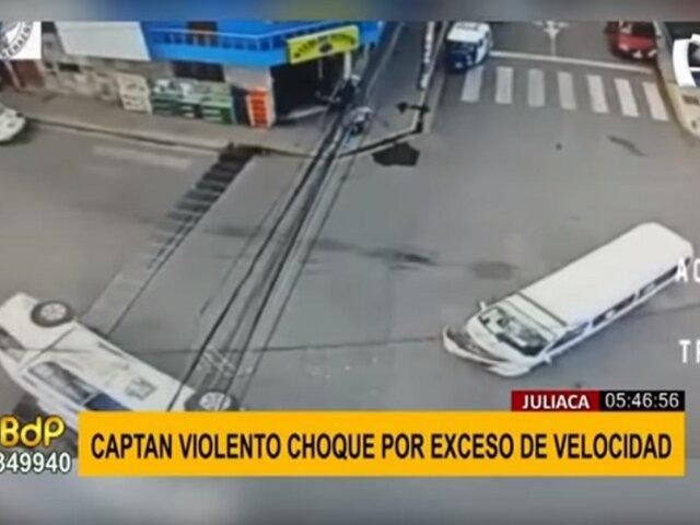Juliaca: captan violento choque entre autos por exceso de velocidad