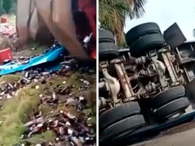 Pucallpa: tráiler cargado con cajas de cerveza se despista y botellas quedan regadas en carretera