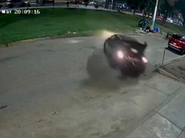 La Perla: conductor de vehículo perdió el control y chocó contra cochera