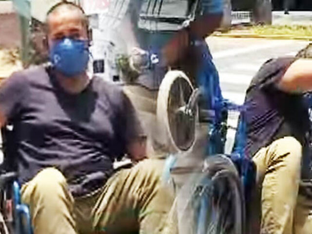 Este es el calvario de recorrer las calles de Lima en silla de ruedas