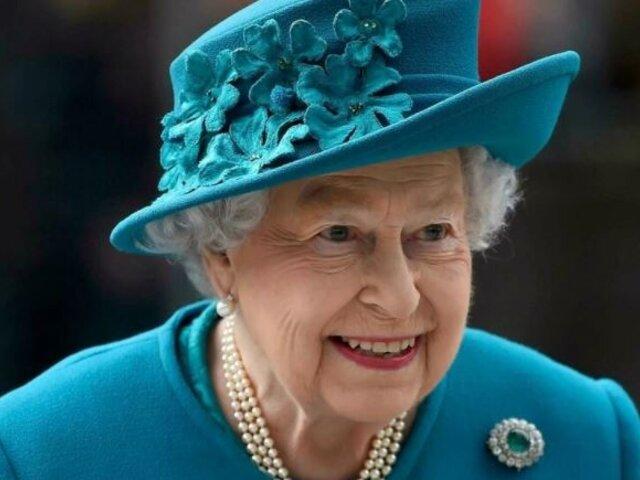 Reina Isabel II regresa a su residencia tras pasar una noche en el hospital
