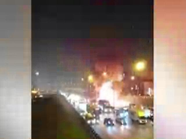 Vehículo explota y se incendia en la Panamericana Norte