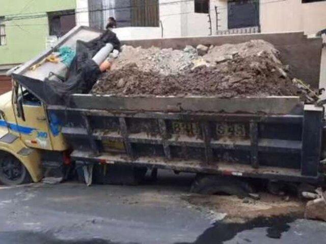 Chorrillos: camión con carga pesada se hunde en la pista