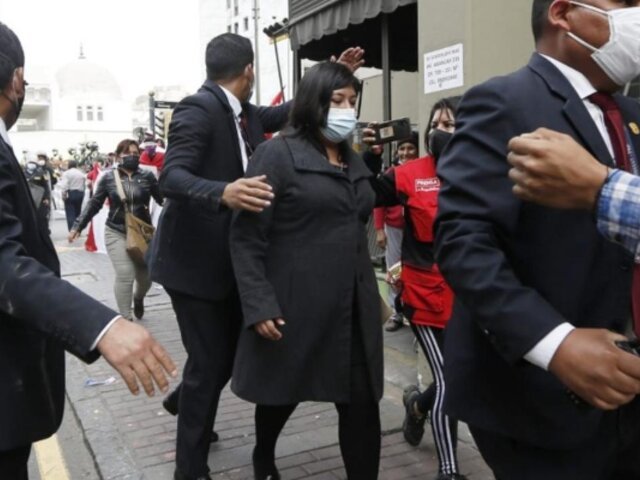 Ministra de Trabajo, Betssy Chávez, fue agredida a su salida del Congreso