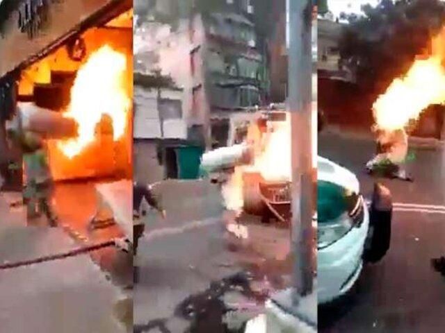 México: bombero carga tanque de gas en llamas para evitar explosión